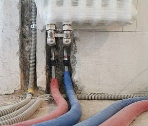 Работа по замене батарей отопления в квартире с материалом